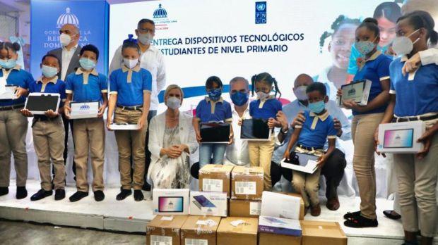 Presidente Abinader inicia la entrega de más de medio millón de tabletas.
