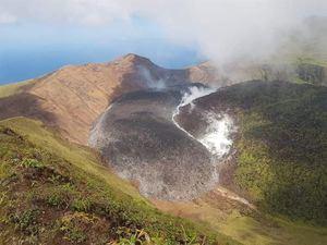 Fotografía sin fecha cedida por NEMO San Vicente y las Granadinas donde se muestra una vista del volcán La Soufrière en San Vicente y las Granadinas.