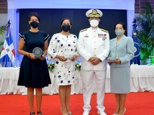 Armada rinde homenaje a sus almirantes en honrosa posición de retiro