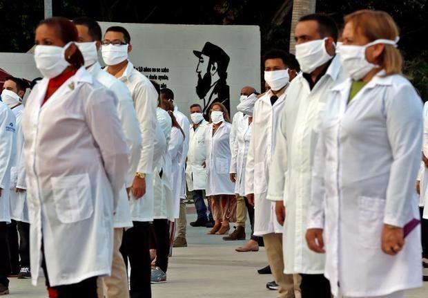 Médicos participan en un acto de despedida de su grupo, momentos antes de salir para el aeropuerto internacional José Martí, el pasado 25 de abril en La Habana, Cuba.