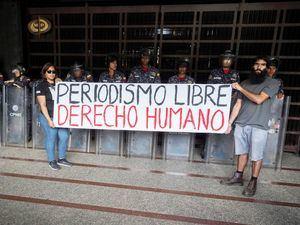 Trabajadores de la prensa participan de una manifestación contra agresiones a periodistas, fotógrafos y camarógrafos, en febrero de 2020, frente al Ministerio Público en Caracas, Venezuela.