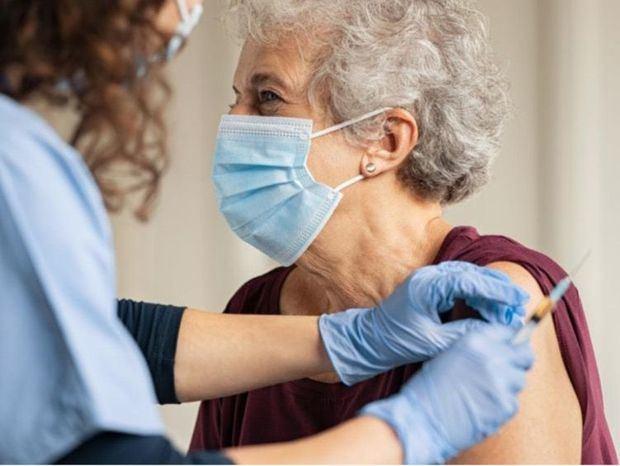 Amplían la vacunación a los mayores de 60 años