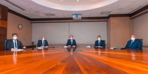 De izquierda a derecha, los señores Christopher Paniagua, Marino D. Espinal, Manuel A. Grullón, Pedro G. Brache y Manuel E. Jiménez F.