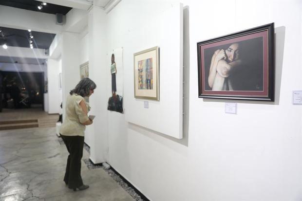 Visitantes observan la exposición 'Mujeres, su visión', donde participan 44 artistas de México, Perú, Italia, China, entre otros países, este jueves en Ciudad de México (México).