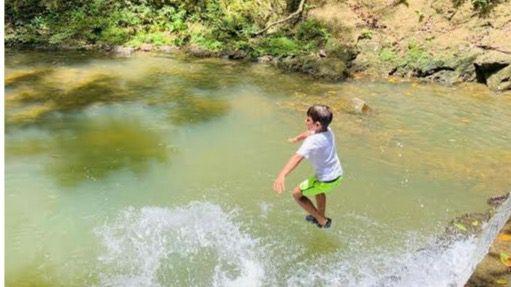 Niño en contacto con la naturaleza.