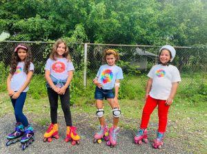 Niñas montando patines.