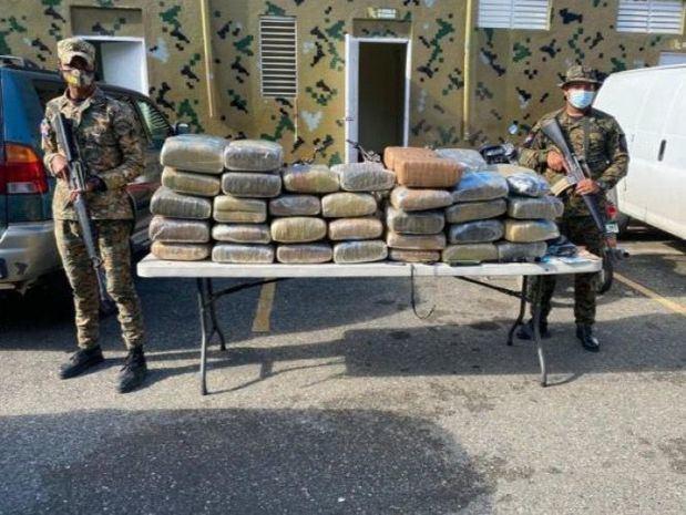 Un mayor de la Policía es arrestado con 63 pacas de supuesta marihuana.