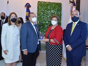 El viceministro de MICM Ramón Perez entregó una placa a Don Osiris Grullón y Marisela Aybar de Grullón. Kathy Ann Grullón Aybar.