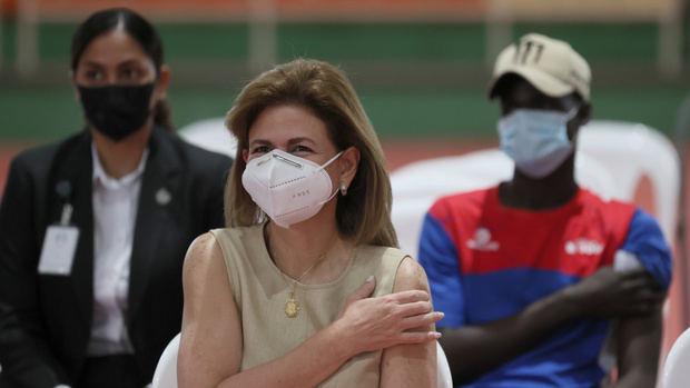 La vicepresidenta de la República, Raquel Peña, recibió la primera dosis de la vacuna del Covid 19.
