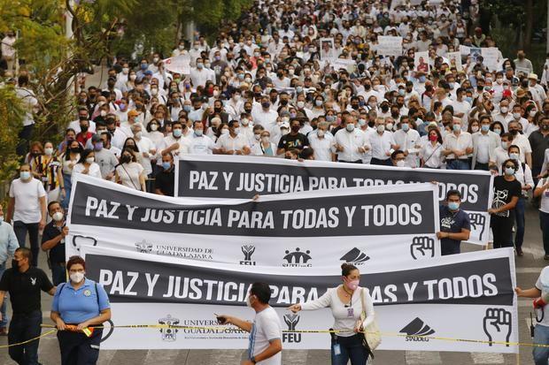 Jóvenes exigen justicia por el secuestro y asesinato de 3 hermanos en México
