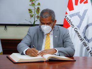 El ministro Castillo durante la firma del libro de visitantes distinguidos.
