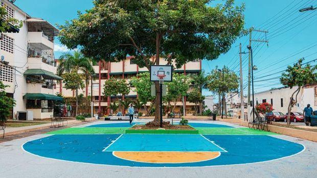 ADN y Banreservas entregan remozado el Parque San Lázaro.