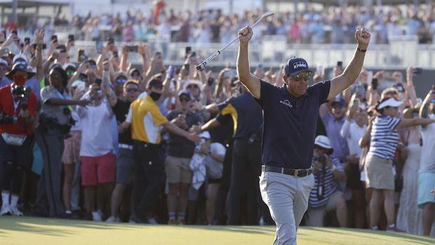 El estadounidense Phil Mickelson celebra tras ganar el Campeonato del PGA en el Ocean Course en la Isla Kiawah, Carolina del Sur, EE.UU.