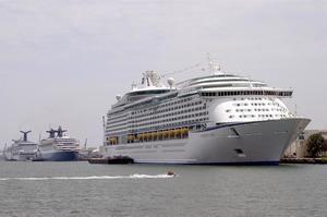 En la imagen, un barco propiedad de la línea de cruceros Royal Caribbean International, en el Puerto de Miami.