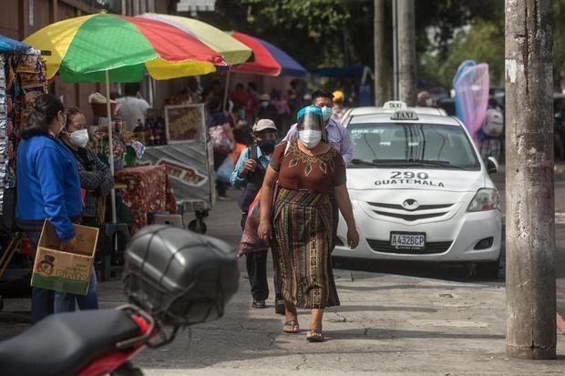 La tasa de mortalidad en el territorio guatemalteco se mantiene en los 11,1 decesos por cada 100.000 habitantes, en un país de 16,3 millones de ciudadanos en el que más del 60 % vive en condiciones de pobreza.