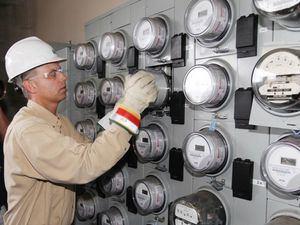 Servidor del servicio eléctrico trabajando con los contadores eléctricos.