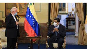Fotografía cedida por prensa de Miraflores del presidente venezolano Nicolás Maduro (d) junto al nuncio apostólico en Venezuela, Aldo Giordano, en un acto protocolar, hoy en Caracas, Venezuela.