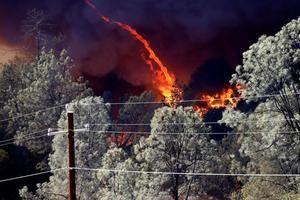 Vista del incendio bautizado como Glass, a las afueras de la ciudad de Deer Park en el condado de Napa, California, EE.UU.