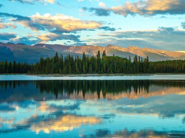 El parque provincial del lago Boya en British Columbia, Canadá, a media noche.