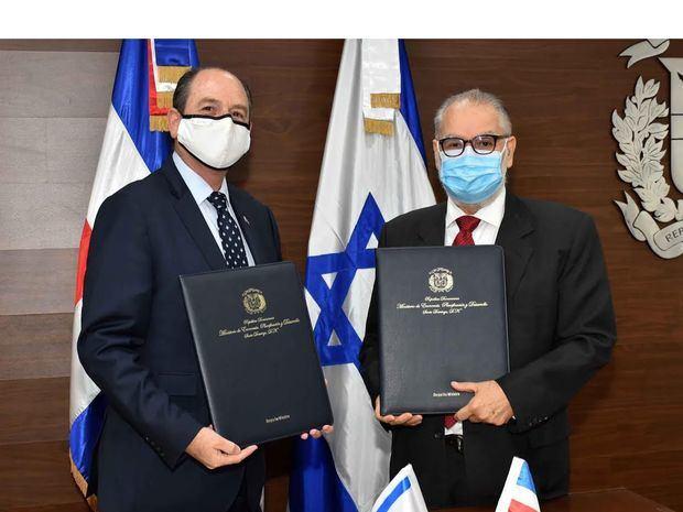 Miguel Ceara Hatton, ministro de Economía, Planificación y Desarrollo, y Daniel Biran Bayor Embajador de Israel, firman acuerdo de cooperación.