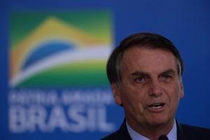 El presidente brasileño, Jair Bolsonaro, participa en una ceremonia de paso de comando de operación Acolhida este jueves, en el Palacio do Planalto, Brasilia (Brasil). Acolhida es una fuerza de Tarea de Logística Humanitaria está compuesta por unos 600 militares de las Fuerzas Armadas.