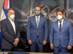 La alianza fue formalizada por Henry Fuentes, vicepresidente ejecutivo de ARS Reservas; Francisco Elías, subadministrador de Empresas Subsidiarias de Banreservas; y Miguel Sanz, presidente de la Cruz Roja Dominicana.