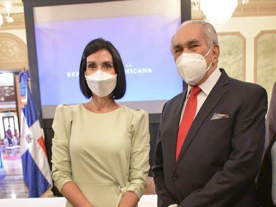 La Primera Dama,  Raquel Arbaje y el director ejecutivo del CONAPE, José García Ramírez.