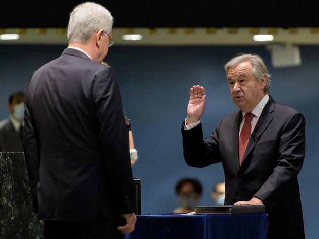 Fotografía cedida por la ONU donde aparece el portugués António Guterres (d) mientras presta juramento para su segundo mandato como secretario general frente al presidente del septuagésimo quinto período de sesiones de la Asamblea General, Volkan Bozkir (i), hoy viernes en la sede del organismo en Nueva York, EE.UU.