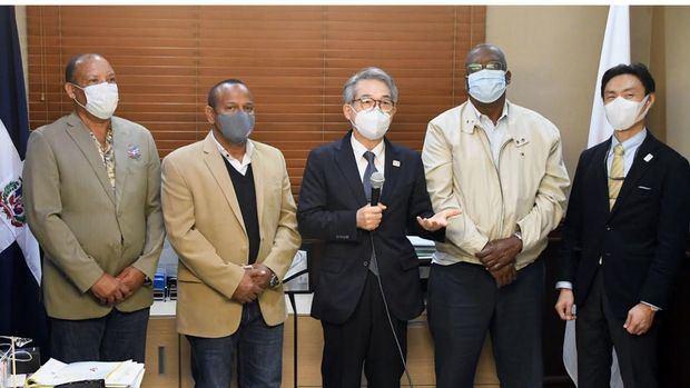 El honorable embajador de Japón, Hiroyuki Makiuchi y primer secretario de esa legación diplomática Keigo Yamamoto, junto a Gilberto García, Gerardo Suero Correa y Juan Antonio Febles Dalmasí.