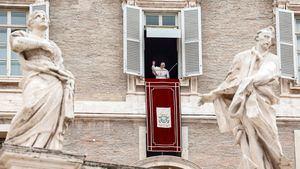 El papa Francisco saluda a los fieles congregados en la Plaza de San Pedro, del Vaticano, tras el rezo del Ángelus.