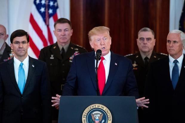 El presidente estadounidense, Donald Trump (c), durante la rueda de prensa ofrecida este miércoles en la Casa Blanca de Washington (Estados Unidos).