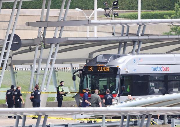 El atacante del Pentágono murió tras dispararse con el arma del policía