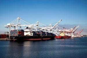 Vista de la actividad del puerto de Long Beach, California.