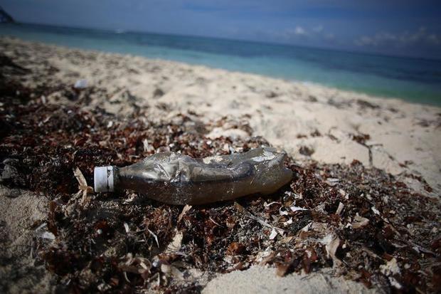 Desechos plásticos en una playa cercana a la ciudad de Cancún, México.