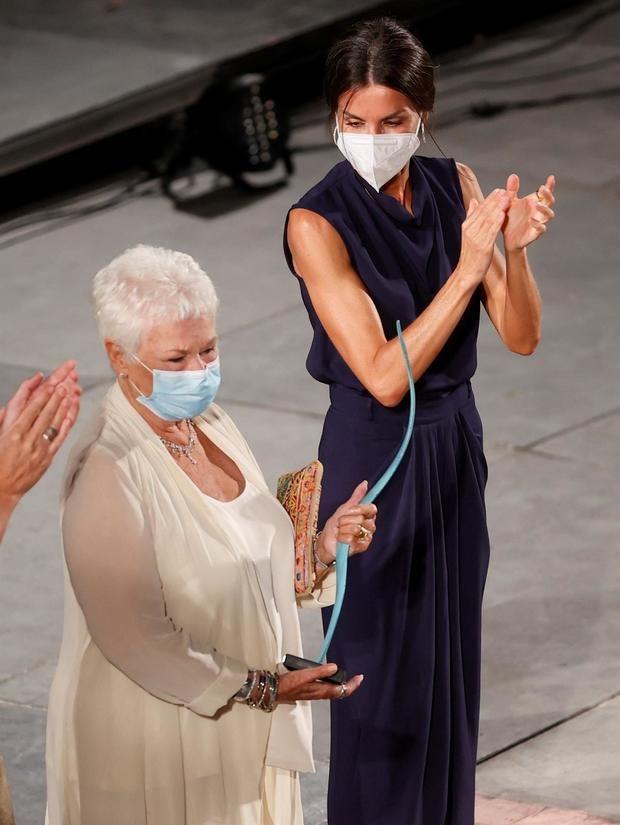 La actriz y escritora británica, Judith Dench (i), tras recibir en presencia de la reina Letizia el premio honorífico a toda su carrera durante la jornada de clausura del 'Atlántida Mallorca Film Fest' celebrado este domingo en la capital balear.