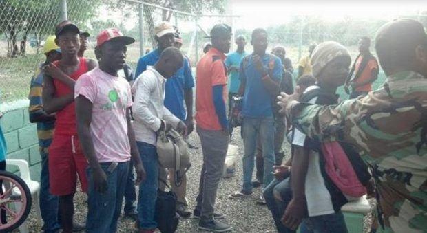 Migración repatría a 60 nacionales haitianos durante operativos en Samaná
