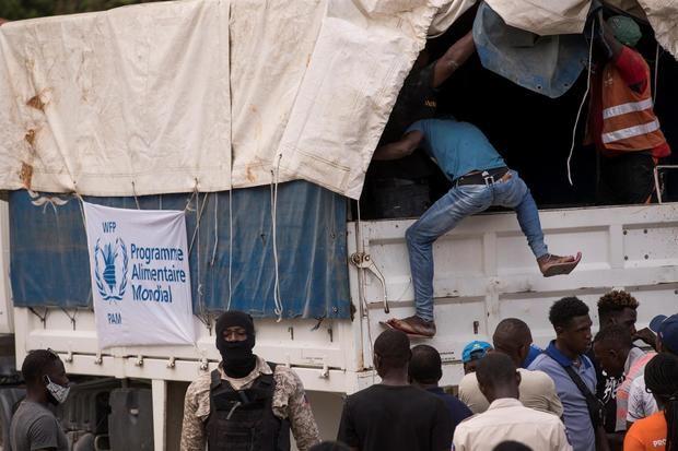 Saquean cuatro camiones que transportaban ayuda en una carretera de Haití