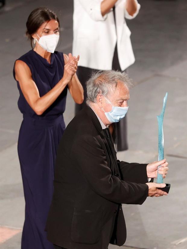 El realizador británico, Stephen Frears, tras recibir en presencia de la reina Letizia el premio 'Masters of Cinema' durante la jornada de clausura del 'Atlántida Mallorca Film Fest' celebrado este domingo en la capital balear.