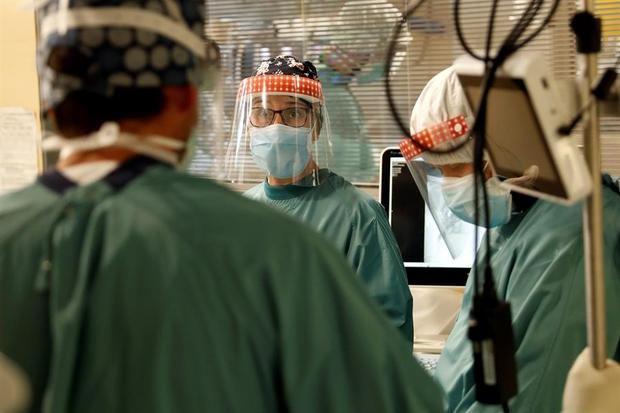 Varios profesionales sanitarios trabajan en la UCI del Hospital Vall d'Hebron de Barcelona.