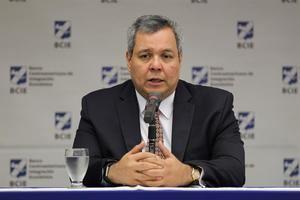 En la imagen, el presidente del Banco Centroamericano, Dante Mossi.