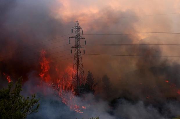 Evacúan tres suburbios de Atenas por un fuerte incendio