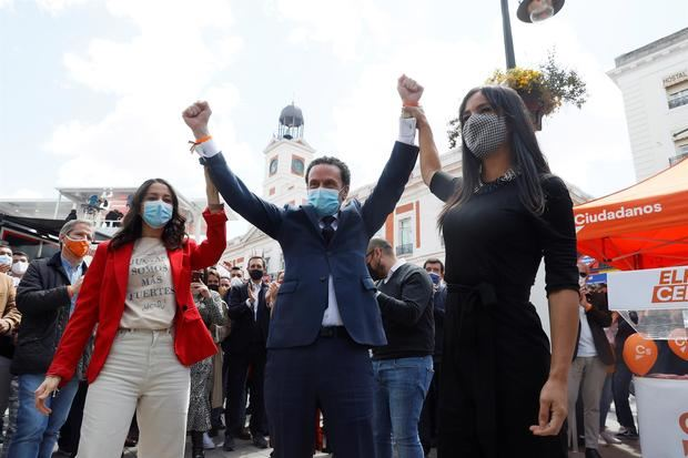 El candidato de Ciudadanos (Cs) a la presidencia de la Comunidad de Madrid, Edmundo Bal, acompañado por la presidenta del partido, Inés Arrimadas (i), y la vicealcaldesa de Madrid, Begoña Villacís (d), durante un acto de campaña realizado este domingo en la Puerta del Sol.