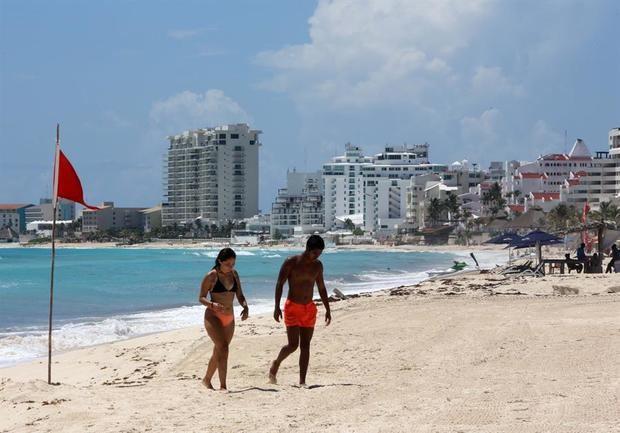 Turistas disfrutan hoy la apertura del balneario de Cancún, en el estado de Quintana Roo, México.