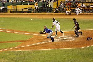 Los Tigres del Licey comenzaron la serie final de la liga de béisbol dominicana este lunes con un contundente triunfo a domicilio por 17-2 sobre los Toros del Este.
