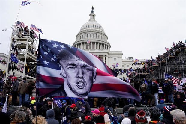 Manifestantes pro-Trump asaltan los terrenos del Capitolio en Washington, DC, Estados Unidos, el 6 de enero de 2021.