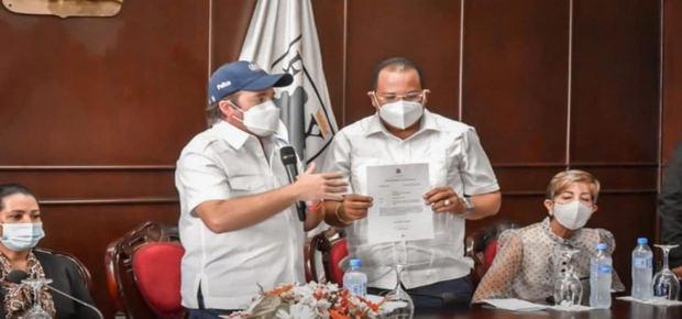 Gobierno entrega recursos para construcción mercado Puerto Plata