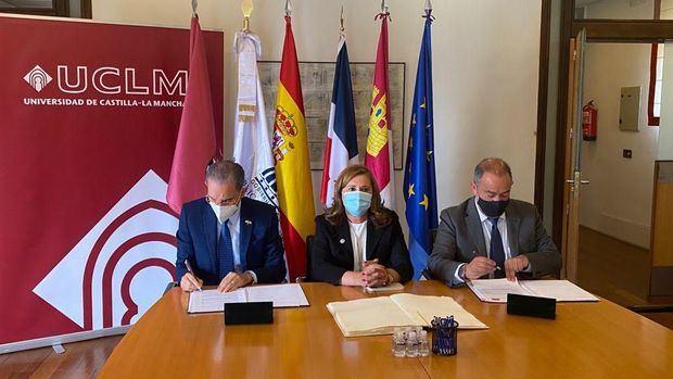 El Ministro del MESCYT, Franklin García Fermín y el rector de la UCLM, José Julián Garde López-Brea, firmaron el acuerdo en la sede de la universidad española.