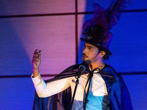 Patricio Leon durante la presentación dramatizada de uno de los cuentos de su autoría.