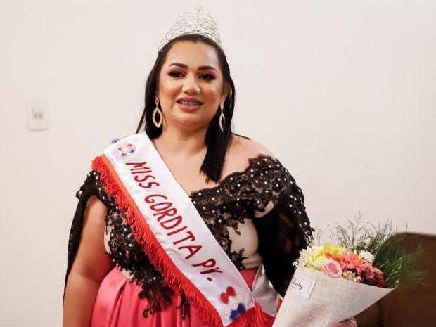 La paraguaya Tatiana Aquino posa tras ganar el concurso Miss Gordita Paraguay 2021, hoy, en el Hotel España, en Asunción, Paraguay.