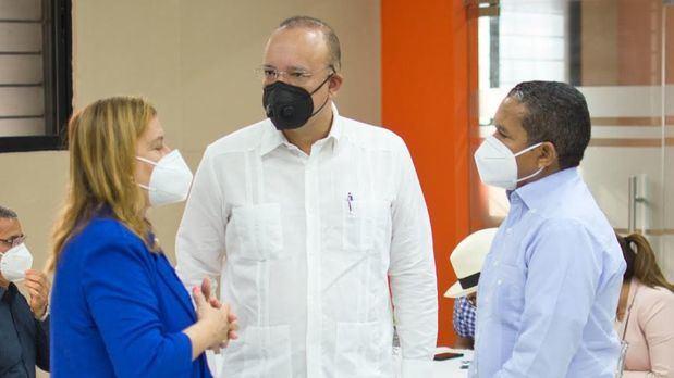 Ulises Rodríguez conversa con el director de Zonas Francas Daniel Liranzo y la Gobernadora de la Vega, Luisa Altagracia Jiménez Cabrera.